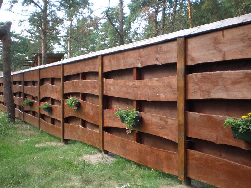 Заборы из дерева на даче