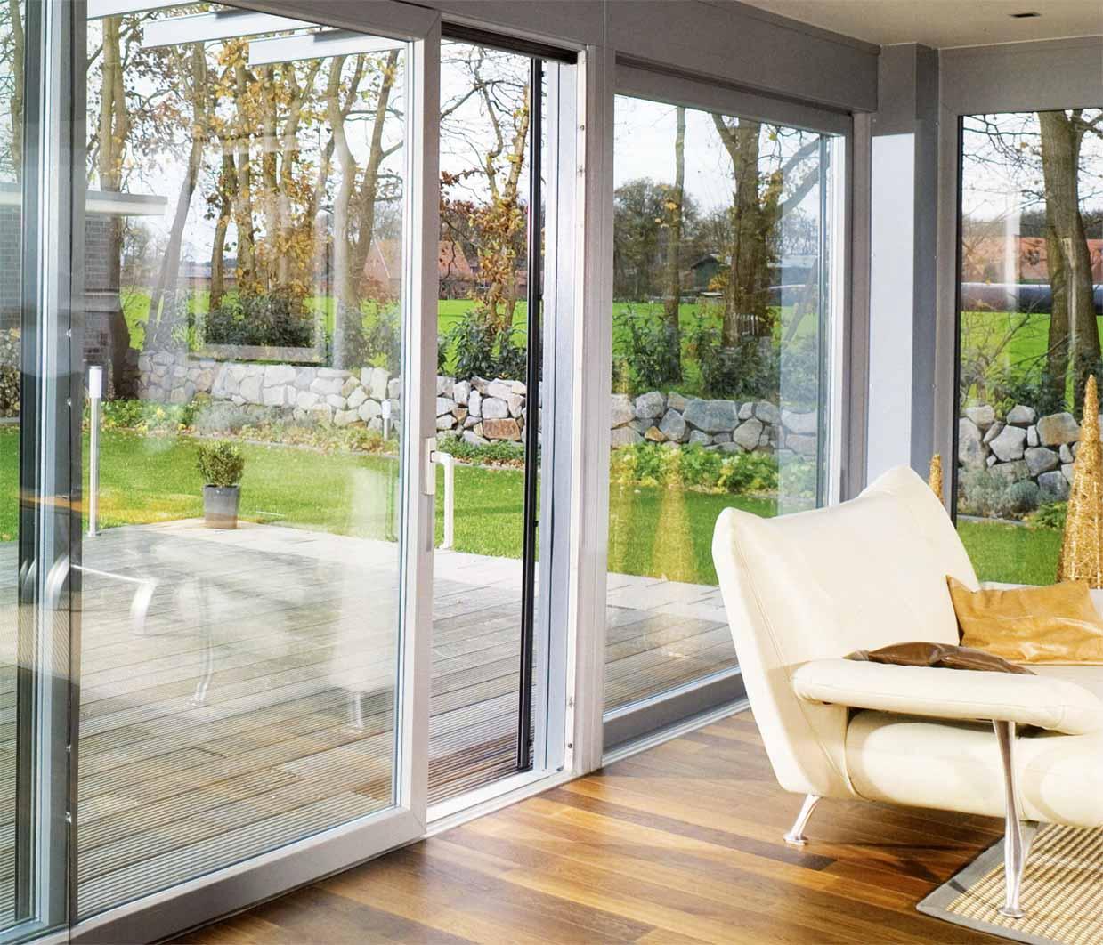 Стекляные двери в дизайне загородного дома