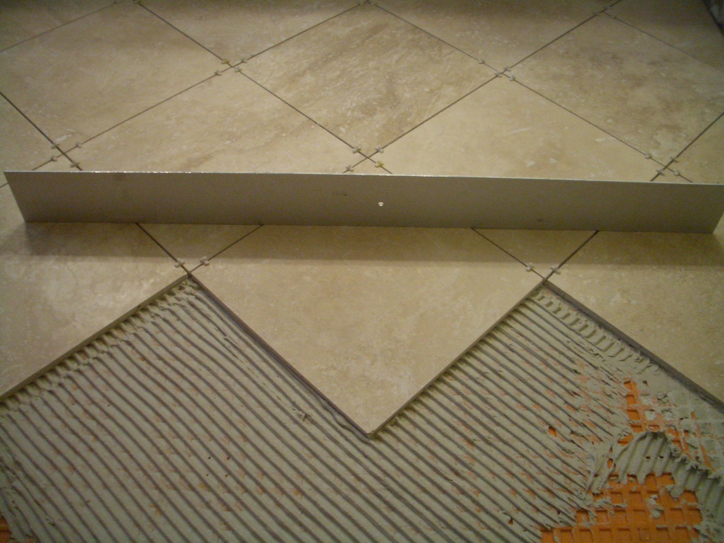 Как положить плитку на неровный пол в ванной своими руками