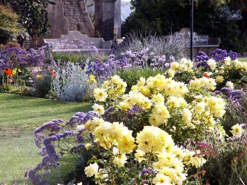 elegantnyi-klassicheskii-cvetnik
