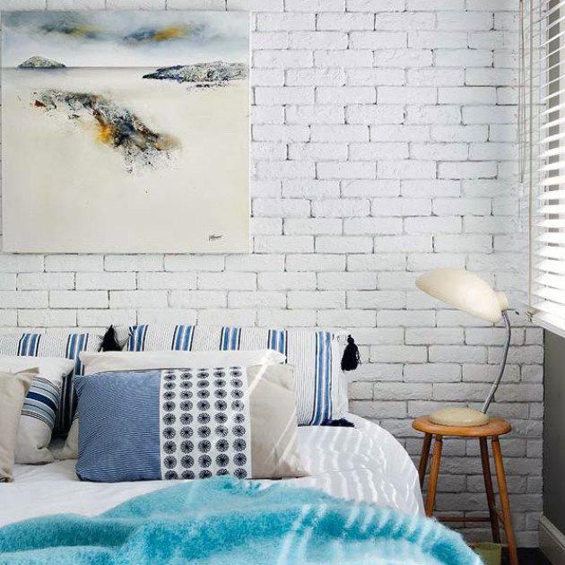 Чем покрасить кирпичную стену в интерьере своими руками